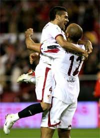 Sevilla FC: Kanouté y Alves celebran un gol la temporada pasada