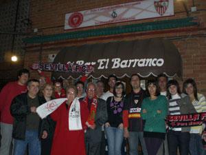 Sevilla FC: Algunos de los integrantes de la peña, en la puerta de la sede