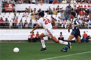 Sevilla FC: El hoy bético José Mari se dirige a portería a marcar uno de sus dos goles