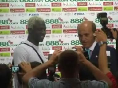 Koné junto a Del Nido durante su presentación