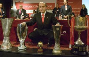 Sevilla FC: Del Nido posa con los trofeos conseguidos