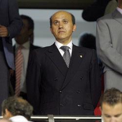 Sevilla Fc: el presidente Del Nido con semblante serio en el palco