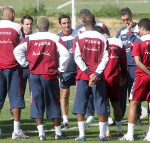 Sevilla FC: Jiménez, durante una charla con los jugadores