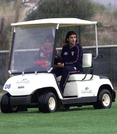 Sevilla FC: Ivan Juric, en un carrito de golf durante un receso en una pretemporada