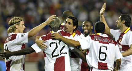 Sevilla FC: Los jugadores sevillistas celebran un gol en Champions League