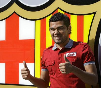 Sevilla FC: Alves posando delante del escudo del Barcelona