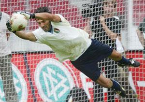 Sevilla FC: Buffon se estira para atajar el balón
