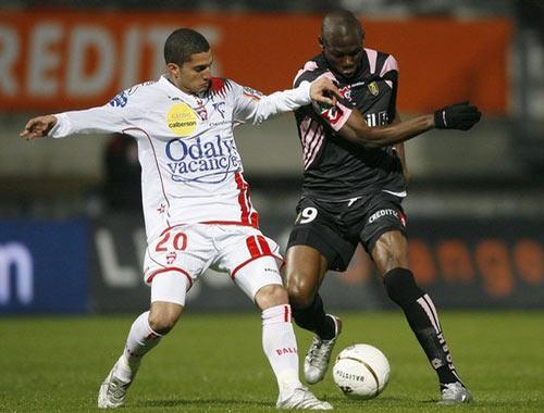 Sevilla FC: Chretien (Nancy) pugna el balón con un contrario