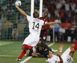 Sevilla FC: Escudé celebra un tanto frente al Milán