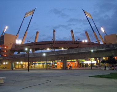 Sevilla FC: Imagen exterior nocturna del estadio de Bayamón
