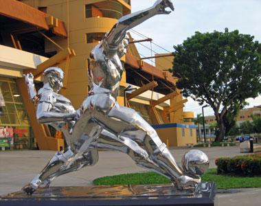 Sevilla FC: Bonita escultura dedicada al mundo del fútbol a las puertas del estadio del SFC Puerto Rico