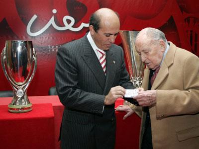 Sevilla FC: Del Nido hace entrega a Montes Cabeza de su carnet con el número 1 de la entidad sevillista