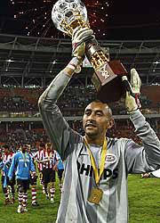 Sevilla FC: Gomes, portero del PSV, alza la Copa de los Ferrocarriles después de ganarla el año pasado al Real Madrid