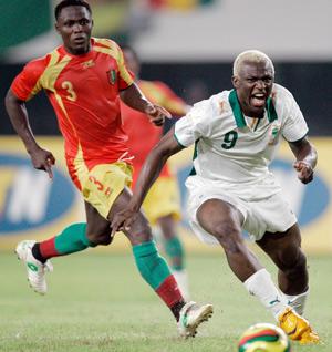 Sevilla FC: Koné roba un balón en el partido de anoche ante Guinea