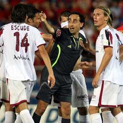 Sevilla FC: los jugadores del Sevilla protestan a Iturralde Gonzalez