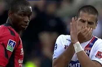 Sevilla FC: M´Bia, a la izquierda de la imagen