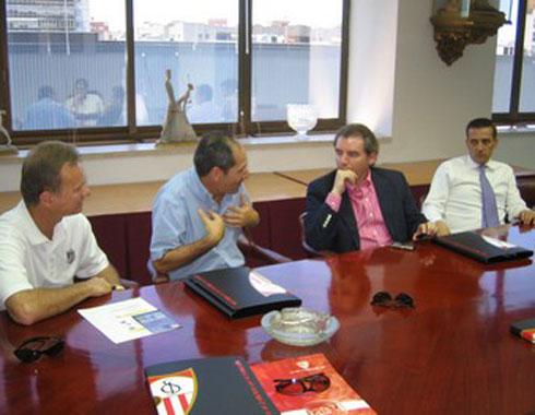 Sevilla FC: Imagen de la reunión con los representantes de Puerto Rico