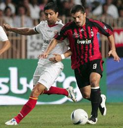 Sevilla FC: Renato , luchando con Gattuso, en el partido de la Super Copa de la UEFA