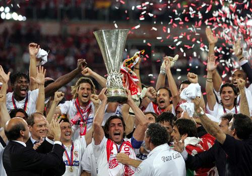 Sevilla FC: Momento en el que Javi Navarro levanta la primera UEFA