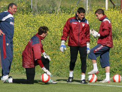 Sevilla FC: Javi Varas en un entrenamiento de esta temporada con Palop y De Sanctis.