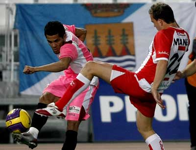 Sevilla FC: Alves, en un lance del partido
