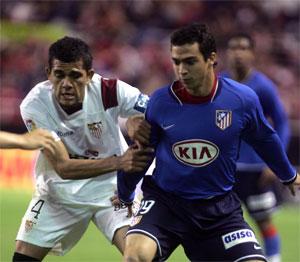 Sevilla FC: Alves defiende en el partido frente al Atletico en el Sanchez Pizjuan