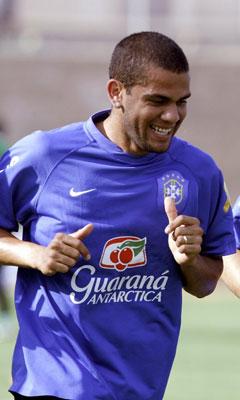 Sevilla FC: Alves en un entrenamiento con la seleccion brasileña