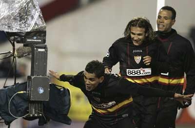 Sevilla FC: Alves y Luis Fabiano celebran con Capel un gol en la Champions
