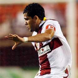 Sevilla FC: Daniel Alves, en un lance del partido
