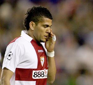 Sevilla FC: Daniel Alves se seca el sudor
