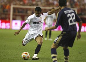 Sevilla FC: Daniel Alves, en el partido de ida contra el Real Madrid en la Supercopa de España