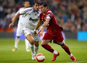 Sevilla FC: Daniel Alves es presionado por Raúl en el encuentro de este fin de semana