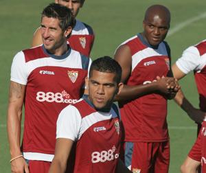 Sevilla FC: Alves y Mosquera junto a Dragutinovic en el entrenamiento