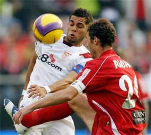 Sevilla FC: Daniel Alves trata de controlar el balón durante el partido