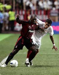 Alves lucha con Seedorf por el balón