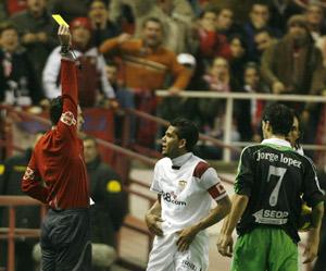 Sevilla FC: momento en que Alves recibe la tarjeta amarilla ante el Racing