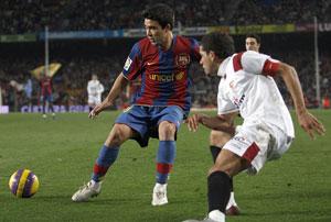 Sevilla FC: Daniel Alves tapando a Deco en el partido de Copa en el Camp Nou