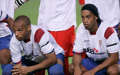 Henry y Ronaldinho, ataviados con la camiseta del Sevilla en recuerdo de Antonio Puerta