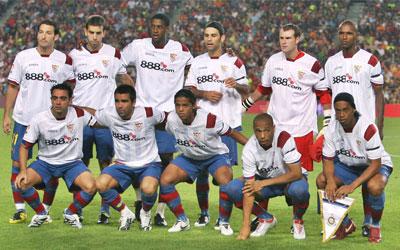 Alineación del FC Barcelona con la camiseta sevillista