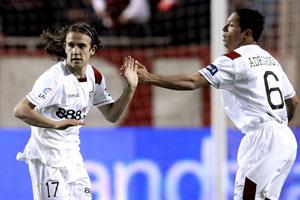 Sevilla FC: Capel celebra un tanto con su compañero Adriano