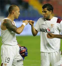 Sevilla FC: Chevantón felicita a Alves al término del partido