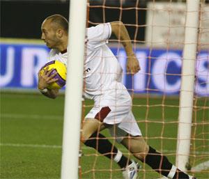 Sevilla FC: Chevantón recoge un balón del fondo de la red para sacar rápido de centro