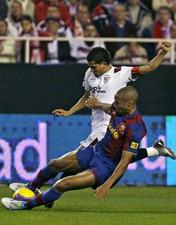 Sevilla FC: Dani Alves, en una acción del partido