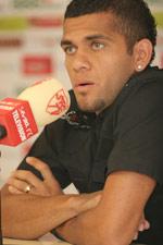 Sevilla FC: Daniel Alves, durante una rueda de prensa