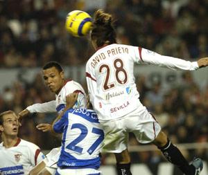 Sevilla FC: David Prieto en un balón aéreo