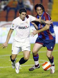 Sevilla FC: Drago trata de llevarse el balón en el partido de la primera vuelta