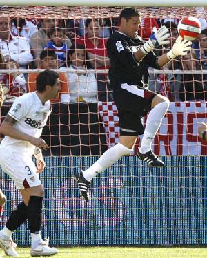 Sevills FC: Palop salta por un balon ante Dragutinovic