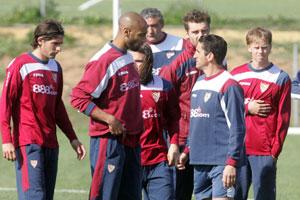 Sevilla FC: Escudé, a la izquierda, en un entrenamiento reciente