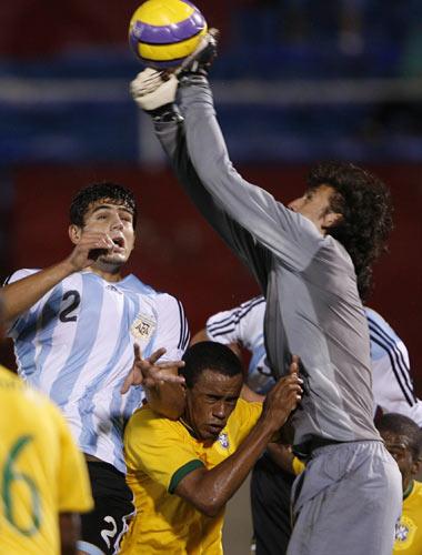 Sevilla FC: Fazio intenta llegar al balón