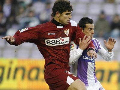 Sevilla FC: Fazio disputa un balón con el vallisoletano Jonathan Sesma